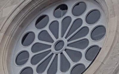 Eglise Notre Dame des Anges à Tourcoing, restauration et fabrication de menuiseries neuves à l'identique, rosace du fronton